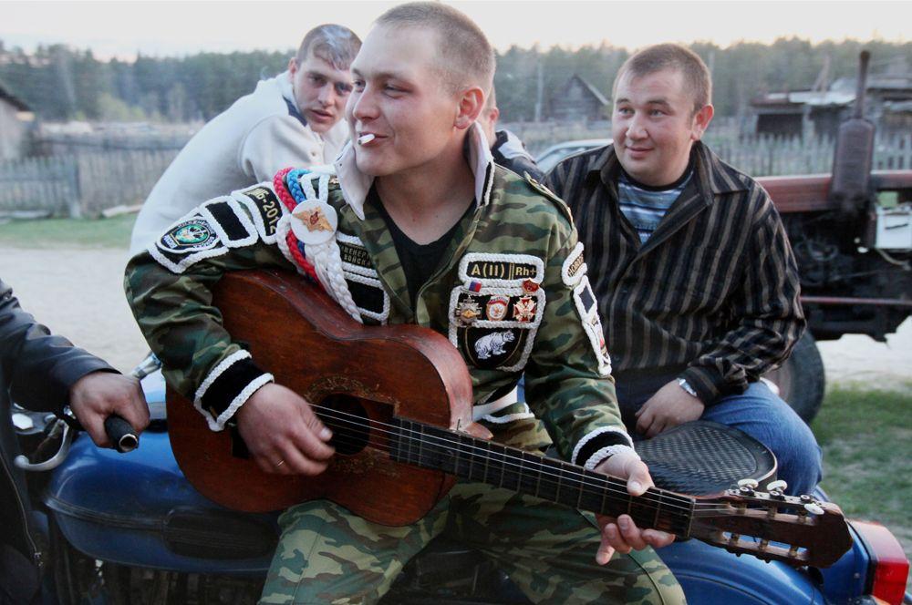 «Дембель» играет на гитаре в кругу односельчан, 2012 г.