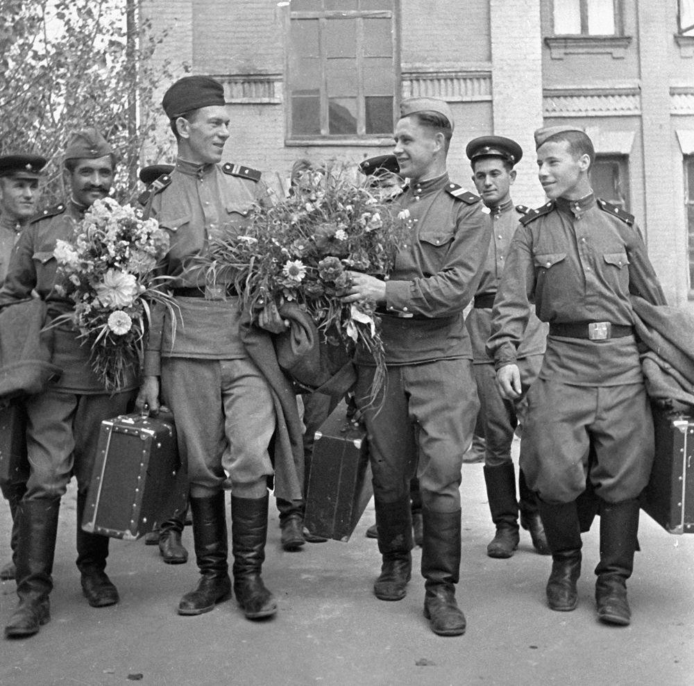 Уволенные в запас солдаты возвращаются домой, 1955 г.