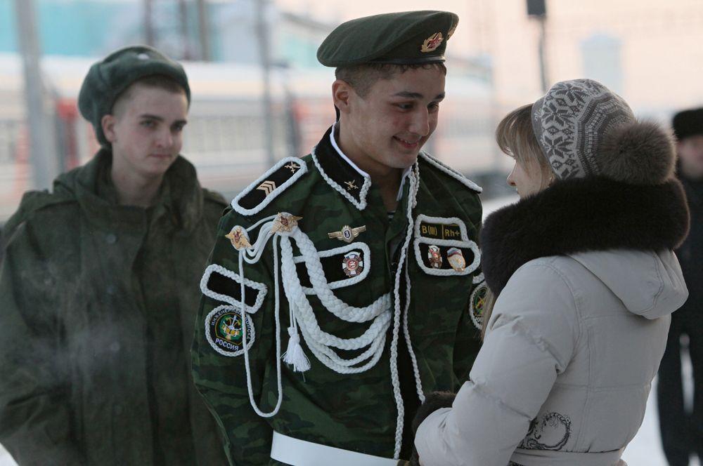 Девушка встречает на вокзале уволенного в запас солдата, 2011 г.