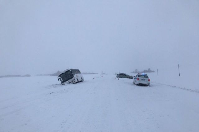 К счастью никто из 20 пассажиров автобуса не пострадал, вот водитель иномарки получил травмы.