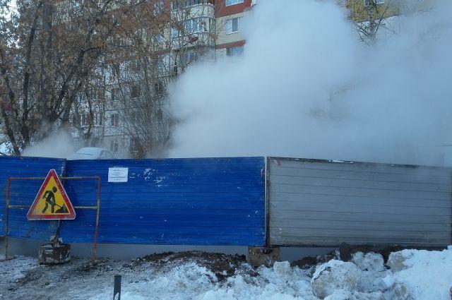 Компания ведёт ремонтные работы на теплосети, расположенной возле дома.