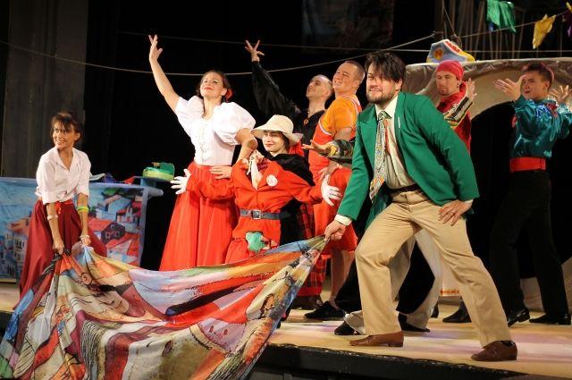 Режиссёрская композиция включает множество планов и предполагает монтаж нескольких событий, которые и создают карнавальную ситуацию.