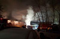 На улице Комбинатской в Тюмени горит двухэтажный дом