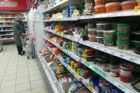 В крупных сетевых магазинах цены на некоторые категории продуктов ещё пытаются сдерживать.