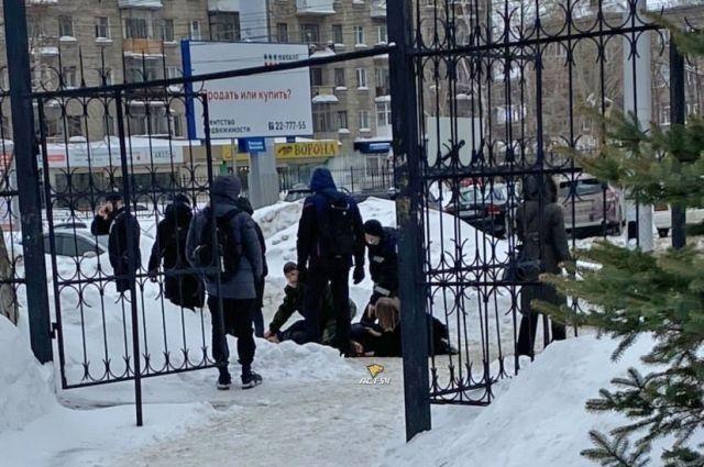 Студента зарезали у ворот вуза.