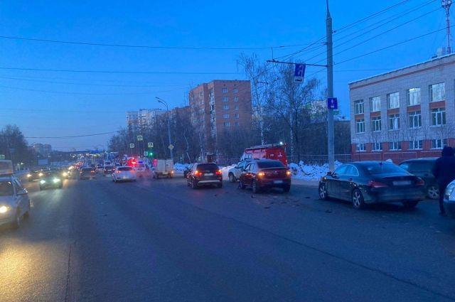 Пострадала женщина: в Ижевске водитель протаранил четыре машины и скрылся