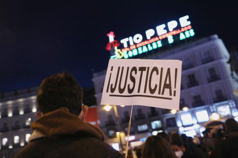 Участник акции протеста в поддержку рэпера Пабло Аселя.