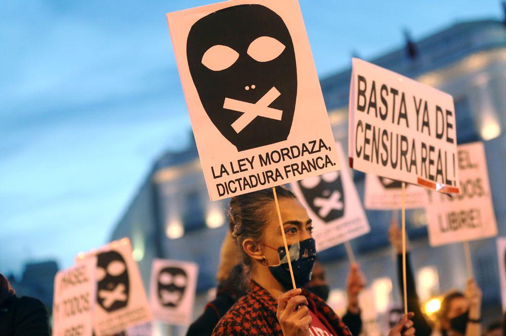 Участники акции протеста в поддержку рэпера Пабло Аселя.