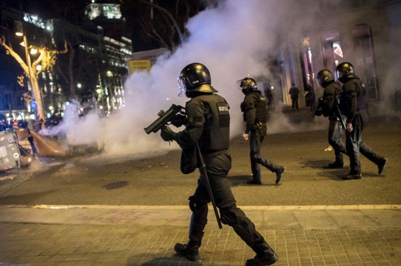 Сотрудники полиции во время акции протеста в поддержку рэпера Пабло Аселя.