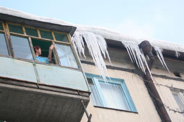 Эксперт: за очищение балконов от сосулек и снега отвечают владельцы квартир