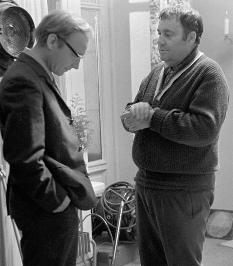 Кинорежиссер, народный артист РСФСР Эльдар Рязанов и артист театра и кино Андрей Мягков во время съемки фильма «Служебный роман». 1977 г.