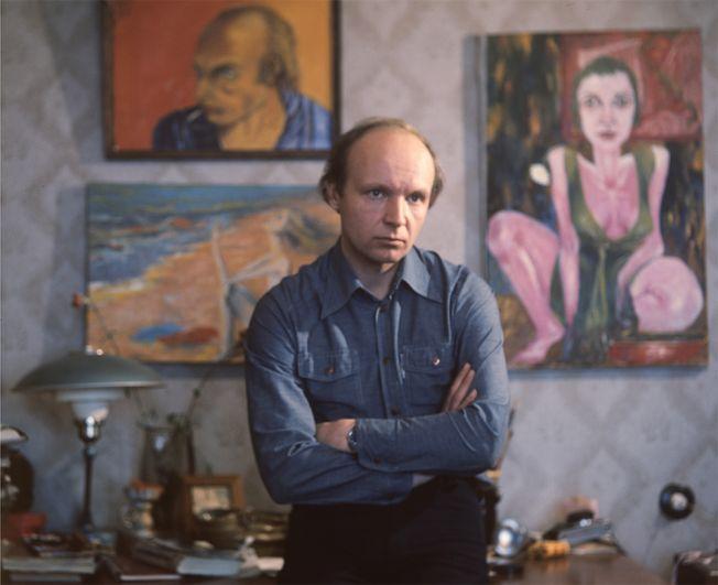 Андрей Мягков дома, со своими живописными работами. 1978 год.