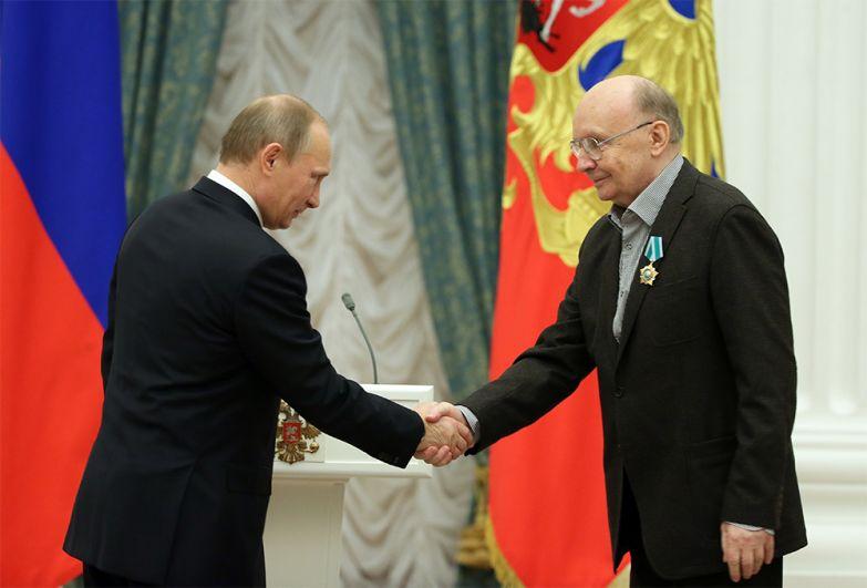 Президент России Владимир Путин и Андрей Мягков во время церемонии вручения «Ордена Дружбы» в Кремле. 25 декабря 2013 год.