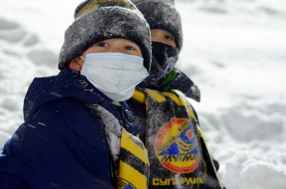 Мальчишки Сеня и Артём ещё в начале игры сказали взрослым: «Наши победят! Мы будем тоже играть в хоккей. Вот только подрастем».
