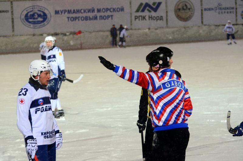 А вот Николай Гаврилов - в раздевалку - заколотил красивый мяч в рамку кировцев.
