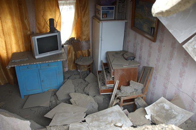 Разрушения в результате артиллерийского обстрела жилого дома в Донбассе.