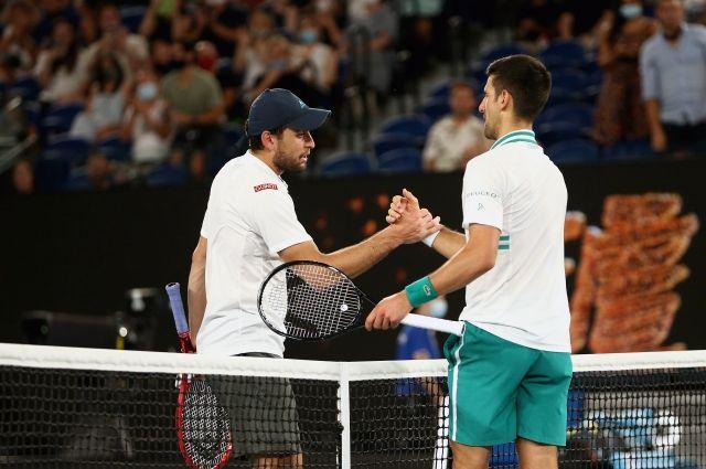 Аслан Карацев (Россия) и Новак Джокович (Сербия) после окончания полуфинального матча Открытого чемпионата Австралии 2021
