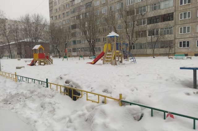 И красноярские дворы по колено засыпаны снегом.