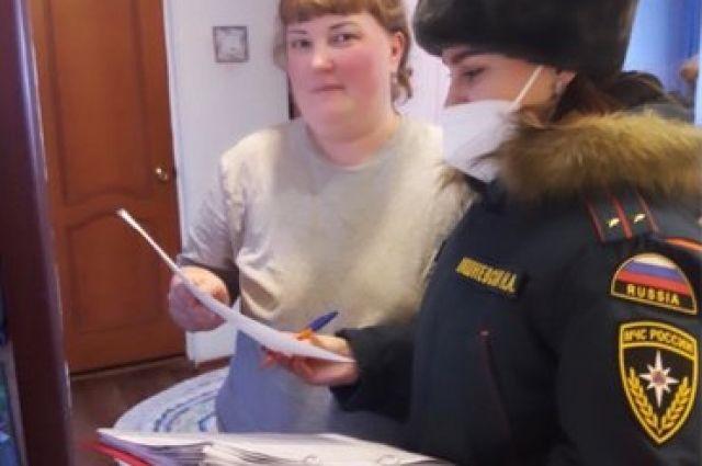 Сотрудники МЧС напомнили жителям тюменского села о профилактике пожаров