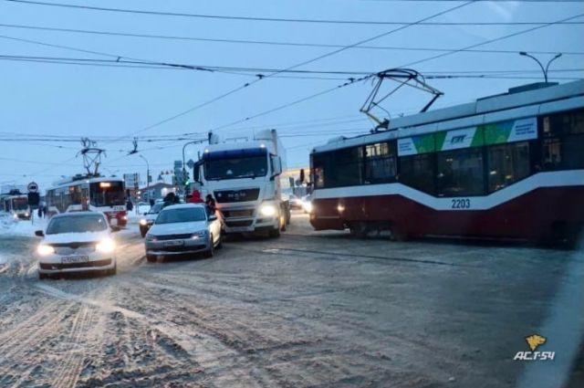 ДТП случилось на трамвайных путях.