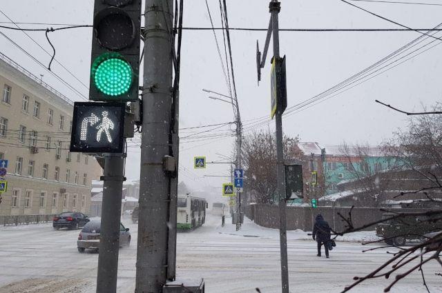 На дополнительных секциях изображен пешеход и стрелка, указывающая движение.