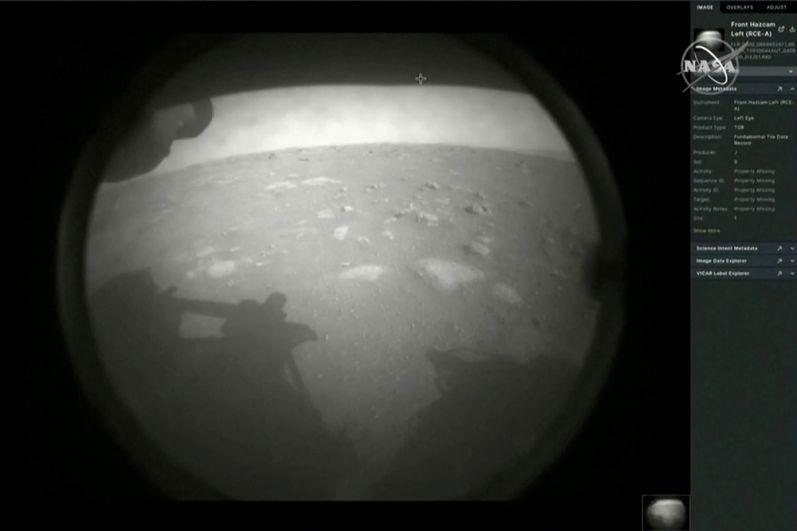 Первая фотография, отправленная марсоходом Perseverance после посадки на Марс.