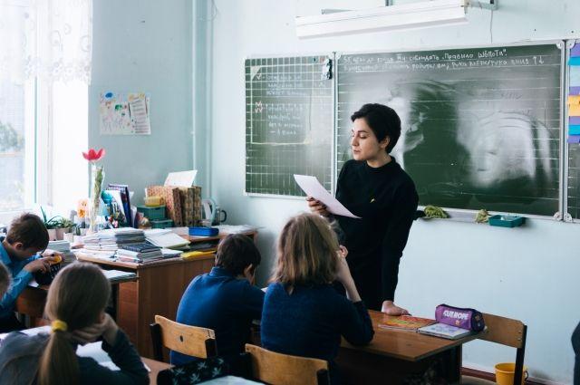Участники программы «Учитель для России» отправляются в непростые школы, чтобы помочь детям изменить печальный жизненный сценарий.