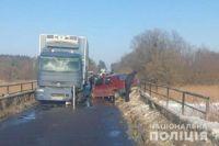 Во Львовской области автомобиль столкнулся с грузовиком: есть пострадавшие.