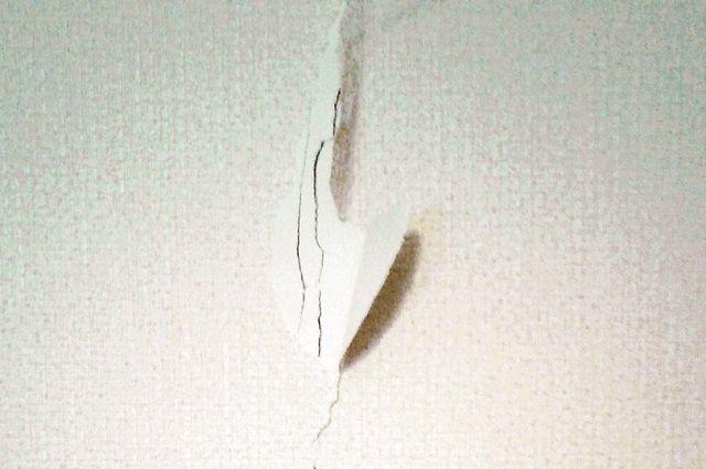Жители трех подъездов обнаружили на стенах дома трещины.