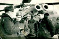 Летчики на инструктаже перед полетом.