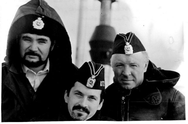 На Северном полюсе офицеры походного штаба 917 межфлотского пе- рехода: капитан 2-го ранга В. Величко, капитан 2-го ранга М. Стяжкин, капитан 1-го ранга С. Алексеев. 1989 год.