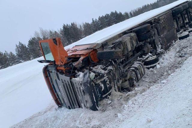 На участке автодороги М5 «Москва-Челябинск» в Северном районе Оренбургской области в ДТП погиб водитель «легковушки».