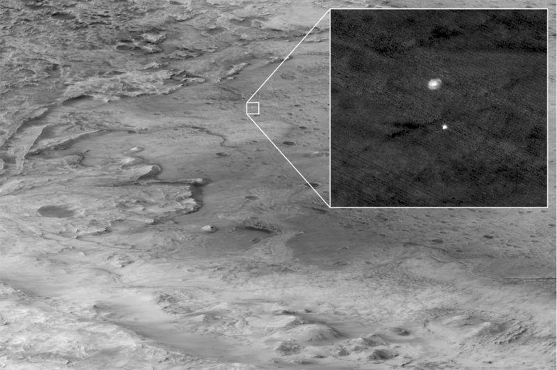 Спускаемая ступень с планетоходом Perseverance опускается в атмосфере Марса.