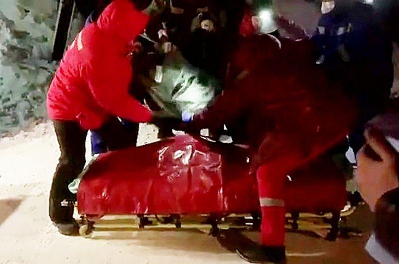 Эвакуация пострадавшего при обрушении в цеху на Норильской обогатительной фабрике.