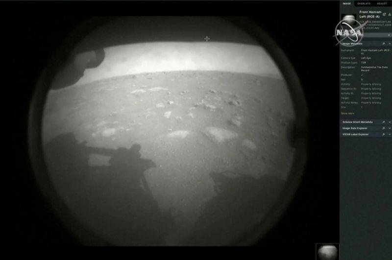 Первый снимок был получен спустя мгновение после успешного приземления планетохода Perseverance на Марс.