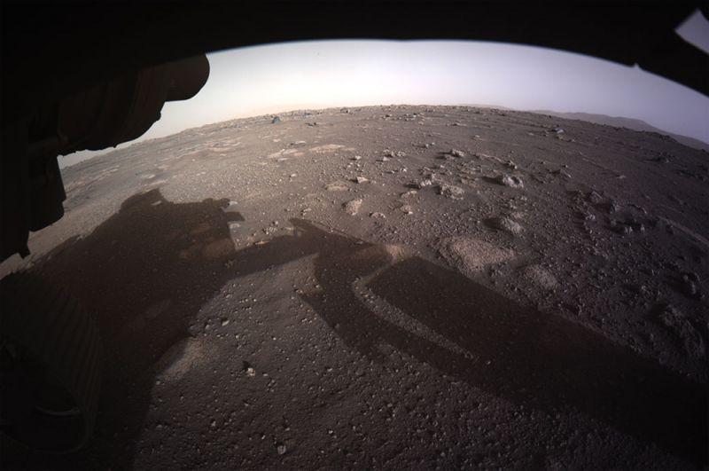 Первое цветное изображение с высоким разрешением, отправленное камерой, установленной в нижней части планетохода Perseverance.