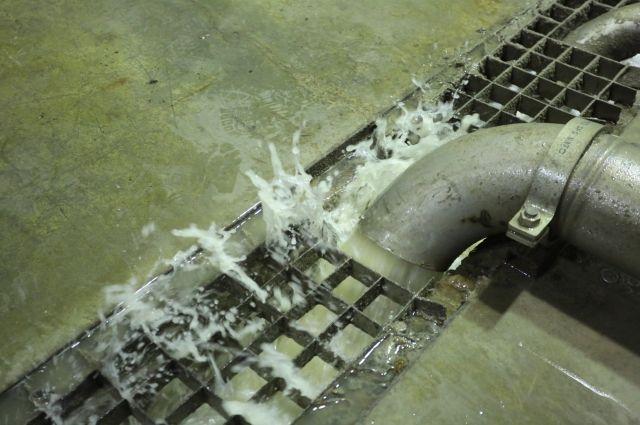 Очищенная на флотаторе вода поступает по трубам на очистные сооружения, где еще проходит четыре ступени очистки.