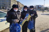 Новосибирских водителей поздравили с наступающим праздником.