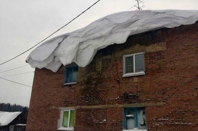 Фотографии с тремя женщинами, скидывающими снег и сосульки с крыши детского сада, появилась в интернете.