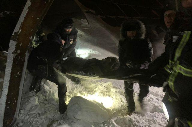 Два человека выбрались из под завалов сами, троих достали спасатели.