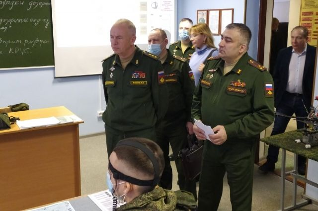 Генерал-полковник посетил Новосибирское высшее военное командное училище и пообщался с курсантами.