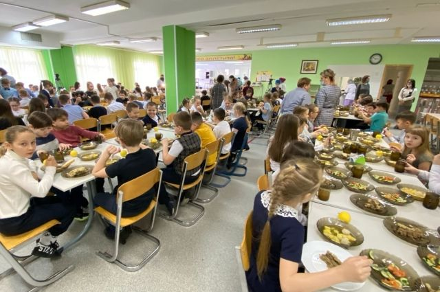 Более 7,7 тысяч школьников Салехарда обеспечены горячим питанием