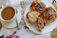 Нежный десерт: булочки «Синнабон» с глазурью из белого шоколада и орехами
