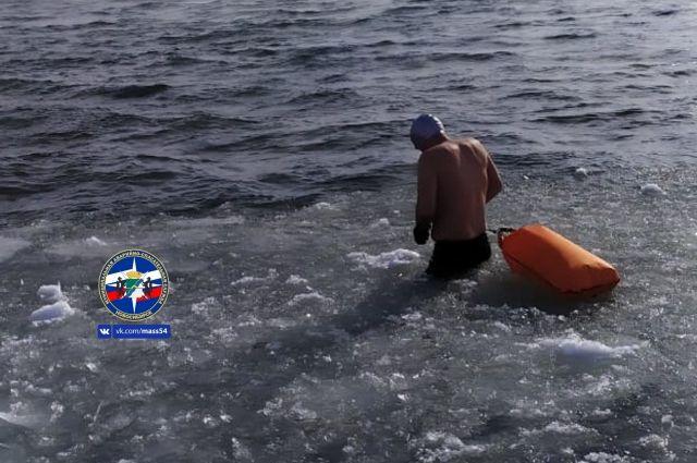 Спортсмены около часа провели в холодной воде.