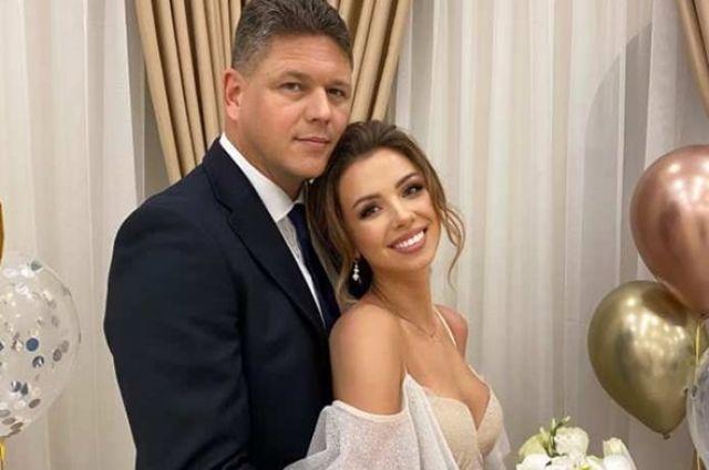 Глава миграционной службы женился на «девушке собачкой из Уханя»