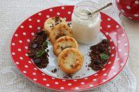 Пышные и ароматные: рецепт сырников с шоколадной крошкой