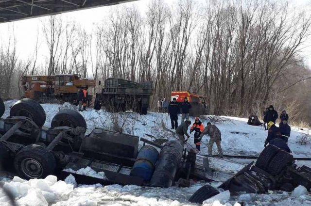 Водитель за рулем грузовика упал в Десну и погиб: появились подробности