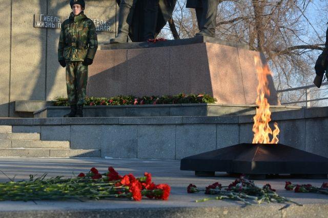 На мемориале Победы возложили цветы и венки к Вечному огню.