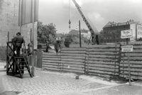 Строительство стены между восточной и западной частями Берлина, ставшей самым известным символом холодной войны, апрель 1967 г. Общая протяжённость стены составляла 155 км.