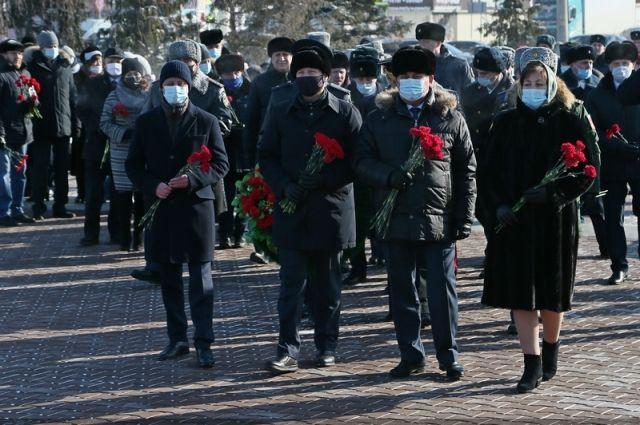 В Барнауле прошла церемония возложения цветов к Мемориалу Славы
